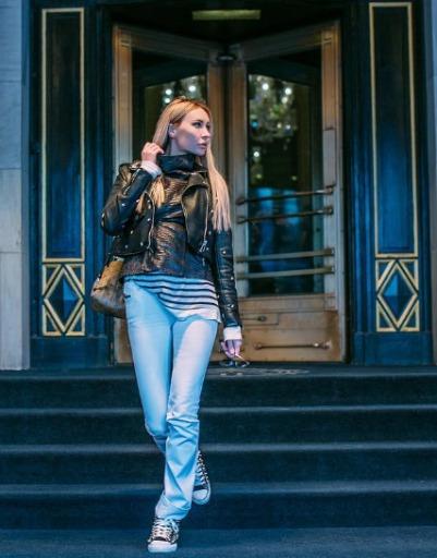 Молодая женщина очарована архитектурой и атмосферой Нью-Йорка