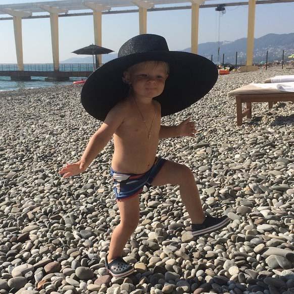 Танцы на пляже в маминой шляпе