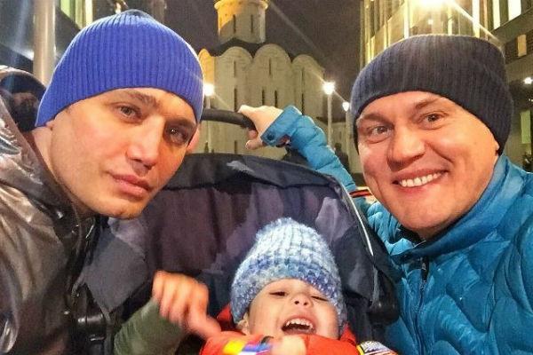 Рустам легко находит общий язык с детьми, например, с Ваней – сыном Степана Меньщикова