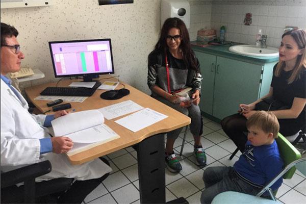 Эвелина Бледанс с Семеном на консультации у французского врача