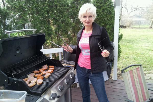 В Крыму у Тани была времянка, а теперь дом недалеко от Чикаго, во дворе которого она жарит барбекю и выращивает овощи
