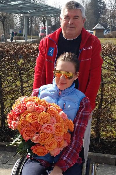Маша на прогулке с папой в Германии в середине марта, из-за работы Леонид не может быть рядом с дочерью постоянно