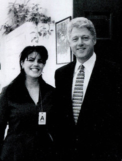 Архивный снимок тех времен, когда Левински и Клинтон работали вместе