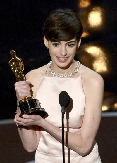 Энн Хэтэуэй с заслуженным «Оскаром»