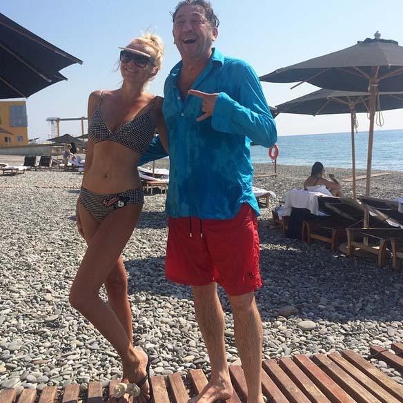 «Вчера были у него на концерте, а сегодня уже на пляже! Позитивный, всегда с юмором, мой земляк - Григорий Лепс!» - сообщает Яна