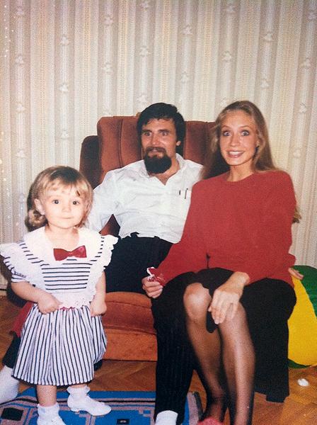 Мама Полины была танцовщицей, а отец работал врачом (1989 год)