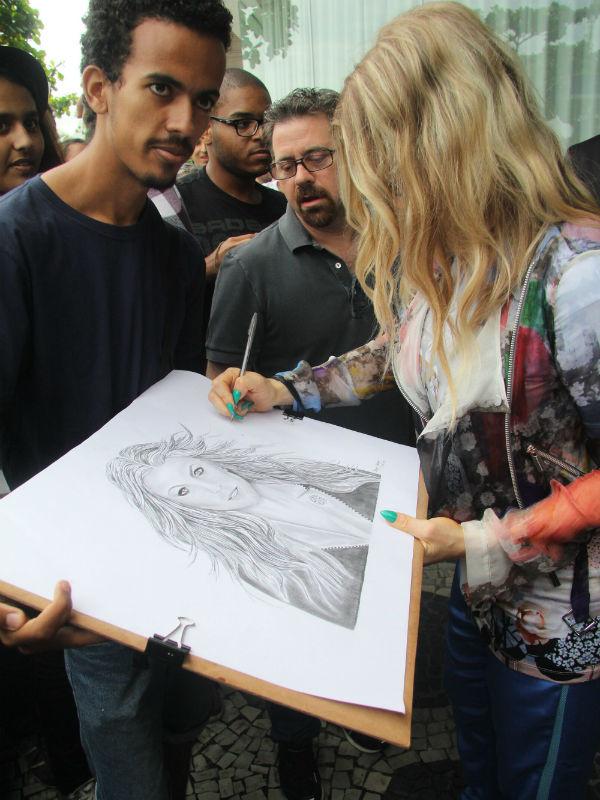 Кроме того девушка охотно раздавала автографы
