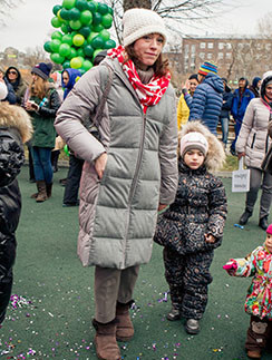 Алена Хмельницкая с дочкой во время акции в зоопарке