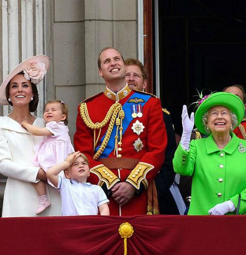 Кейт Миддлтон с детьми, принц Уильям и королева Елизавета II