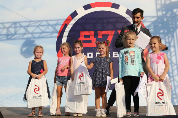 Несколько малышей получили приятные презенты от спонсоров праздника