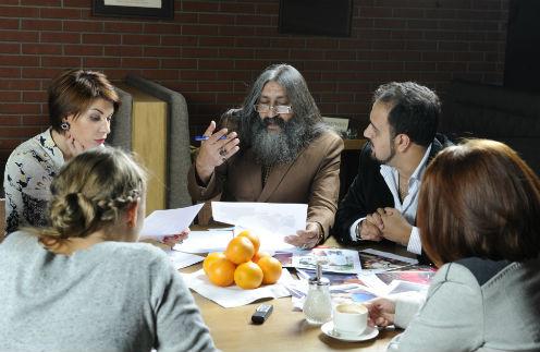 Мохсен Норузи (справа от него – переводчик Реза Нороллахи) говорил и об участниках «круглого стола». По его словам, судьба Розы Сябитовой похожа на его собственную. Оба растили детей в одиночестве, а теперь стали известными