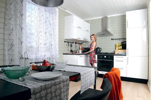 На кухню уже купили микроволновку, чайник, миксер и самую необходимую мебель