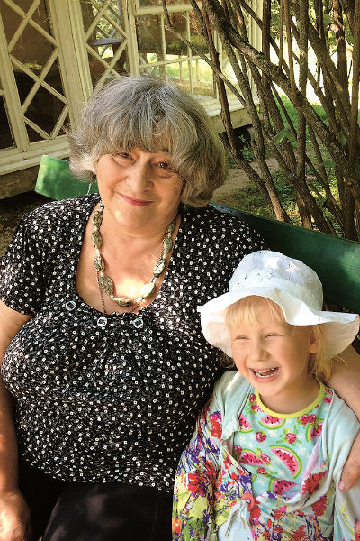 Бабушка помогает Лизе учить стихи