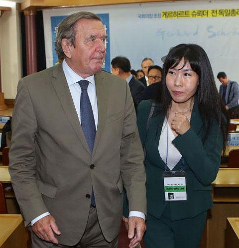 Герхард Шредер и Ким Со Ен