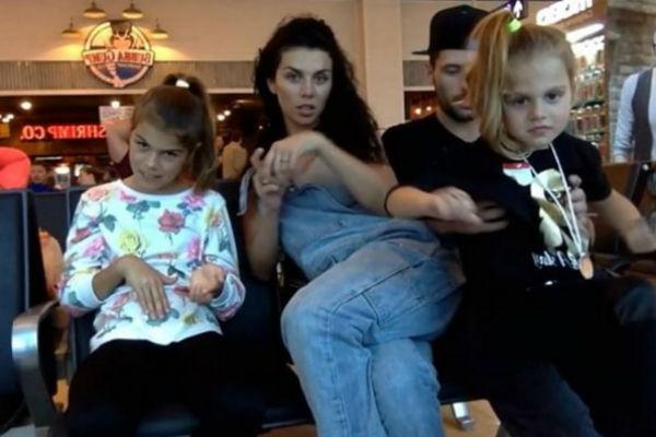 Анна Седокова с дочерьми и возлюбленным