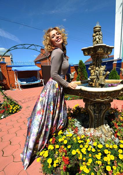 Участок вокруг дома Ирина Александровна оформляла сама: выбирала цветы, кустарники, устроила фонтан