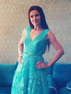 Эвелина Бледанс выбирает платье