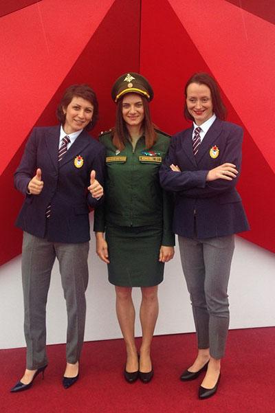 Елена Исинбаева (в центре) и ее подруги, олимпийские чемпионки Татьяна Лебедева (слева) и Елена Слесаренко