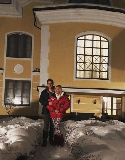 Анастасия Волочкова около своего особняка