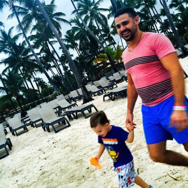 Сергей водит трехлетнего сына Артема купаться в океан