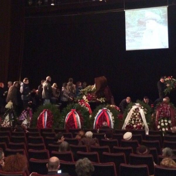 Тысячи людей несли цветы к гробу режиссера