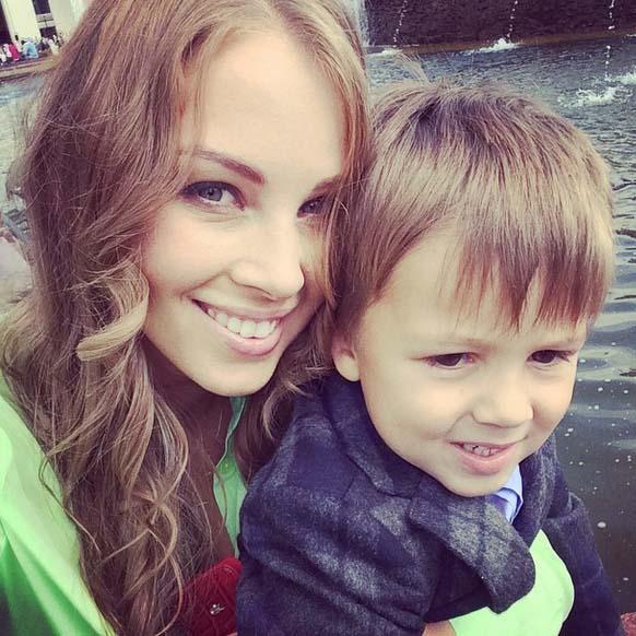 Полина Диброва со старшим сыном Сашенькой поздравляет москвичей