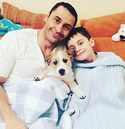 Стас со старшим сыном и джек-расселом Олафом, февраль 2016 года