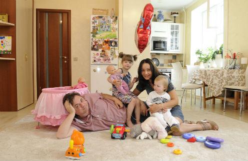 Актер Андрей Леонов с женой Анастасией и детьми - Аней и Мишей