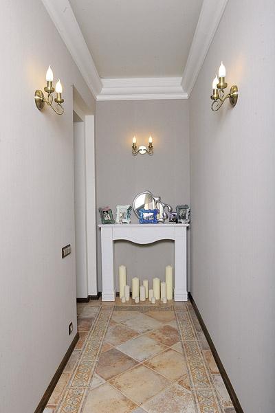 Пол коридора выложен плиткой Versace, камин заполняет пустоту