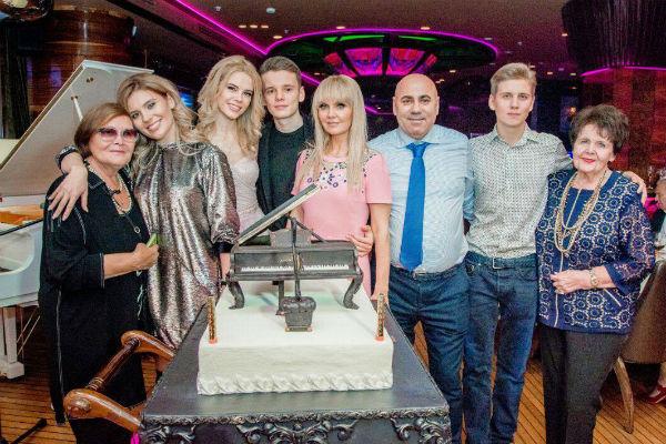 Арсений Шульгин с девушкой Анной (рядом с ним слева) и семьей