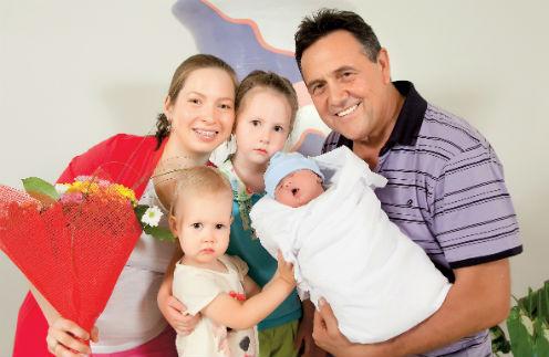 29-летняя мама Светлана и 69-летний папа Ренат добавили к Асылбике, Аише и Атилле ( его нет на фото) еще и Марьям