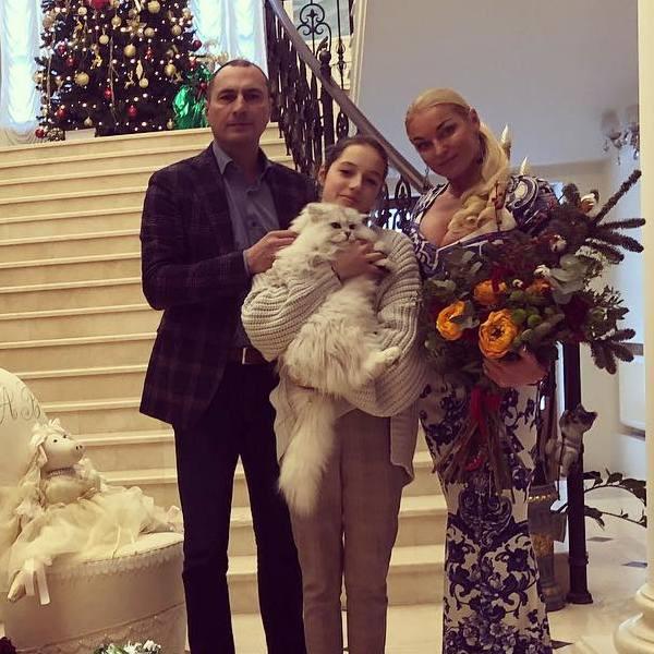 Анастасия с экс-супругом и дочерью Ариадной