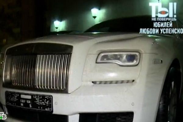 Муж подарил певице роскошный автомобиль
