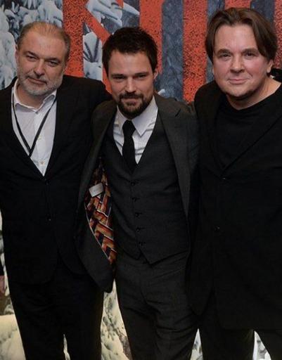 Данила Козловский с продюсерами фильма, Анатолием Максимовым и Константином Эрнстом