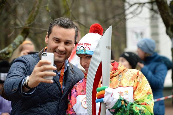 Иван Алехин подарил балерине уникальный новый айфон