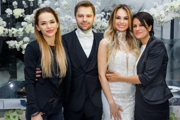 Молодожены с организаторами свадьбы Анной Хилькевич и Лидой Ком