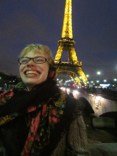 Янина Крочек на фоне  Эйфелевой башни, Париж