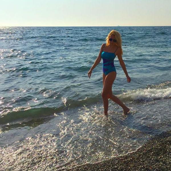 Яна Рудковская последовала примеру коллег и тоже вышла к морю