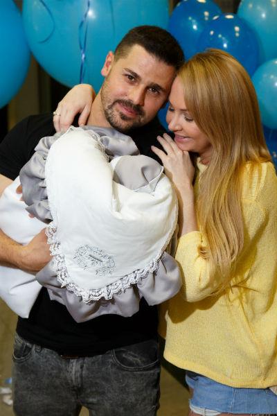 Сергей Пынзарь забирает жену из роддома