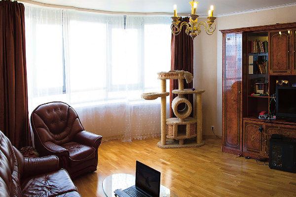 Гостиная обставлена дорогой кожаной мебелью