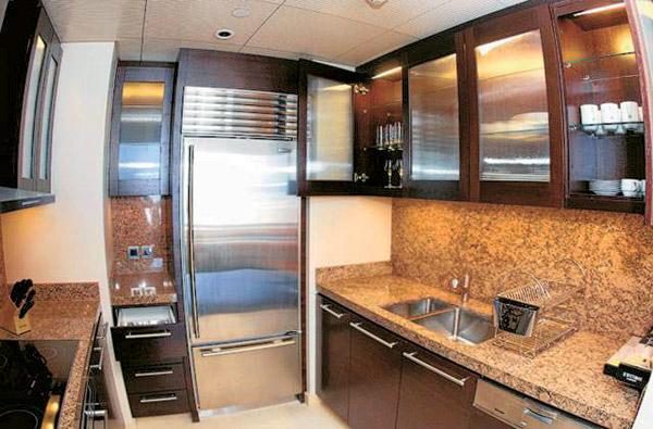 Кухня оформлена в теплых тонах