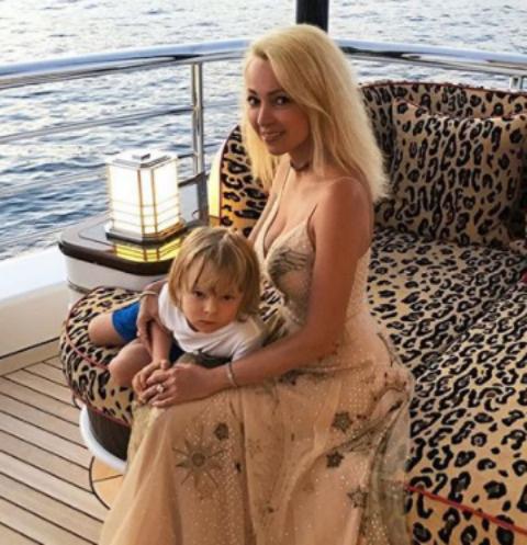 Яна Рудковская с сыном Сашей