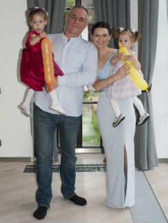 Сергей и Юлия с дочерьми – 3-летней Варварой (слева) и годовалой Верой (справа)