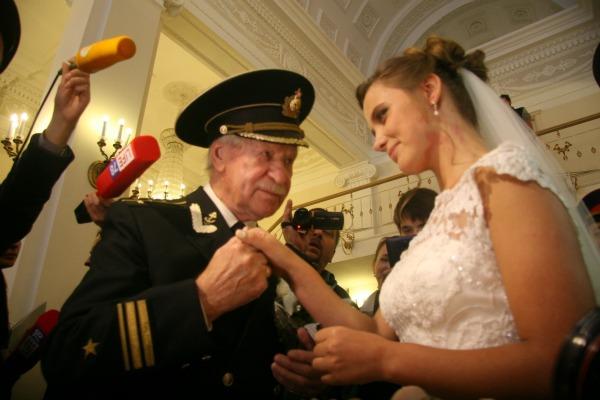 Знаменитый актер и студентка поженились в сентябре
