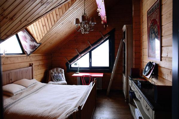Мансардное окно стало дополнительным источником света в спальне Саши