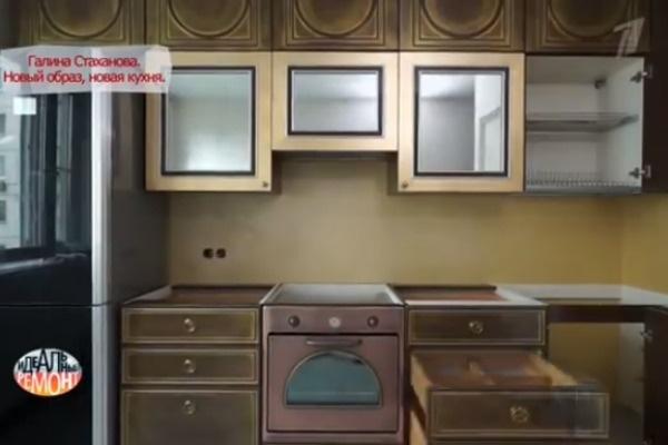 Фасады шкафов выполнены из натурального дерева и вручную покрыты тончайшей фольгой