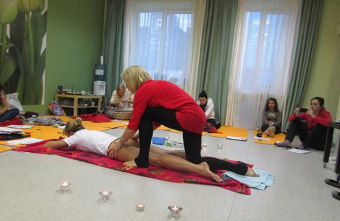 На мастер-классе по чувственному массажу тренер Ольга показала, на что надавить мужчине, чтобы у него «снесло крышу»