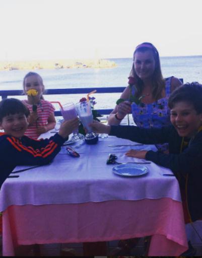 Вместе с Ирсон путешествуют ее дети - Саша, Андрей и Алла
