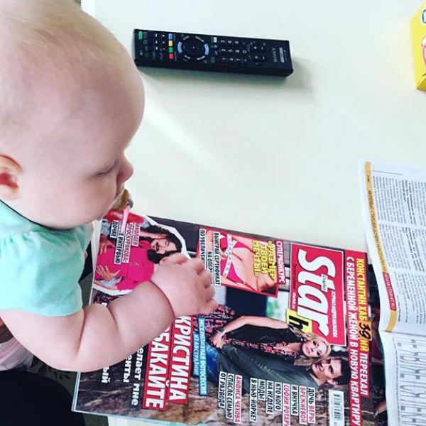 Вероника изучает журнал «СтарХит»
