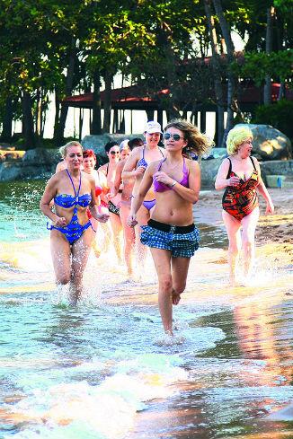 После зарядки в первый день девушки устроили пробежку вдоль моря